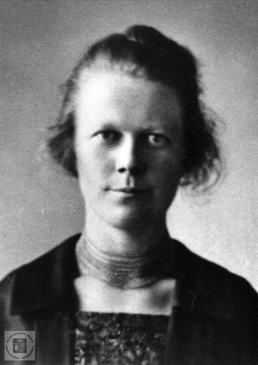 Portrett av Rakel Tomine Skaar, Øyslebø.