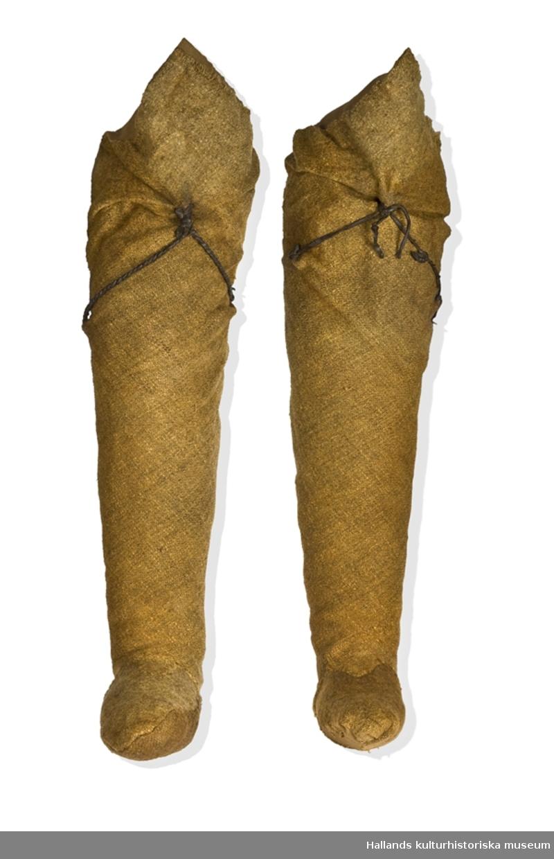 Dräkten består av kjortel, struthätta, mantel, hosor och fotlappar. Mannen bar skor av läder och runt kjorteln hade han ett läderbälte med knivslida och kniv. Man hittade också ytterligare ett bälte med knivslida och kniv samt ett litet läderfodral.  Det finns inget spänne till bältet bevarat och inte heller några knivblad. Allt järn har helt enkelt rostat bort. Den är daterad till 1300-talet, med hjälp av dräktstudier och tekniska prover som C-14, kol 14-metoden.  När Bockstensmannen hittades iklädd sin dräkt hade tråden, av lin, till stor del förmultnat till torv. Kläderna låg runt kroppen, men i bitar. Idag visas dräkten separat i en monter, liggande, för att kunna bevaras i framtiden.
