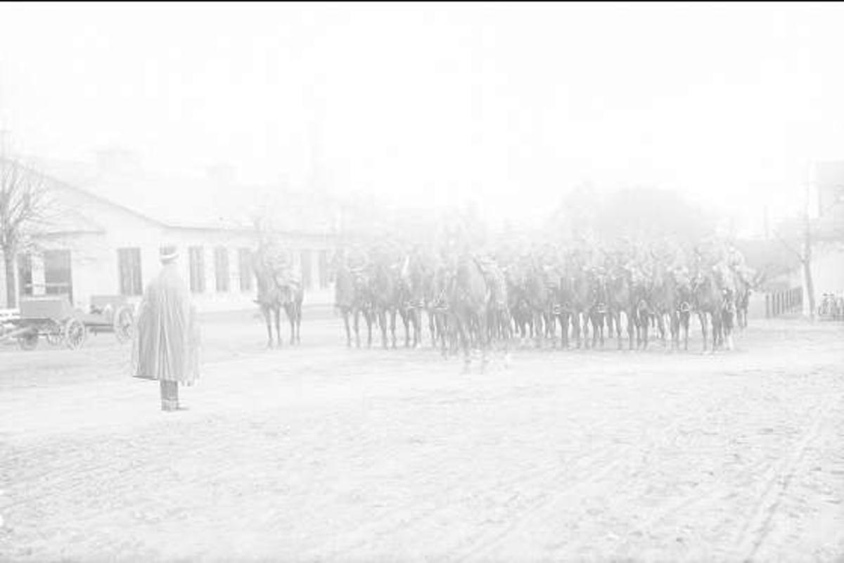 Aspirantskolan avlämnas till överstelöjtnant Henry Peyron. Till vänster manskapsmatsalen, till höger livskvadronens stall. Aspirantskolan hade sina hästar i del av livskvadronens stall.