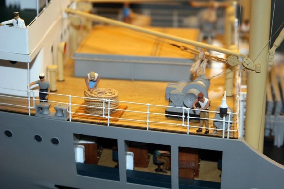 Lasteskip gjennomskåret på styrbord side, 1:50.