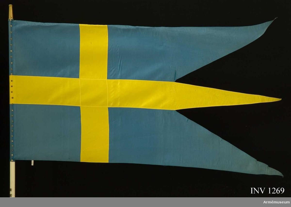 """För svensk beredskapsstyrka i FN-tjänst. Styrkan har örlogsflaggan som fanduk. Duken är fästad vid en vitmålad fanstång med spikband och mässingstännlikor. På stången två vitmetallplattor, 20x60 mm, med text (översta plattan) """"Svenska XXIV FN Bataljonen Cypern April-Juli 1964"""". På den undre """"Svenska XXIV FN Bataljonen Cypern Juli-Oktober 1964""""."""