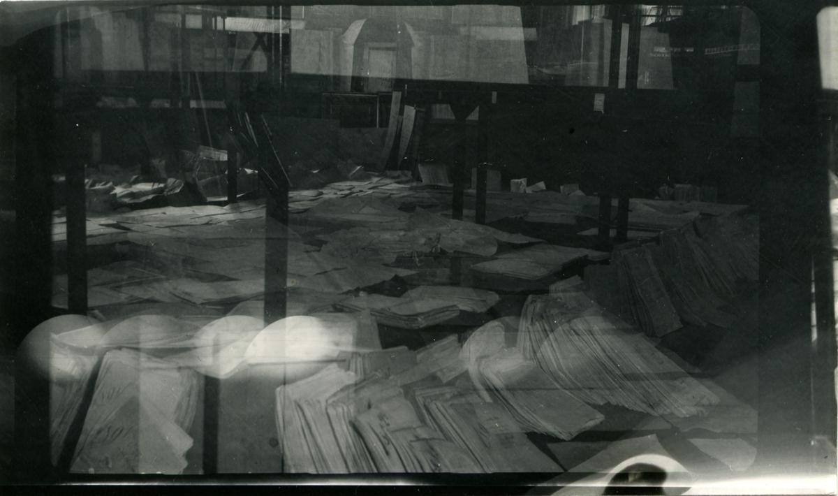 Arkivsaker til tørk - etter oversvømmelse på Norsk Sjøfartsmuseums sommeren 1951.