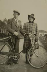 Ungt par med sykkel