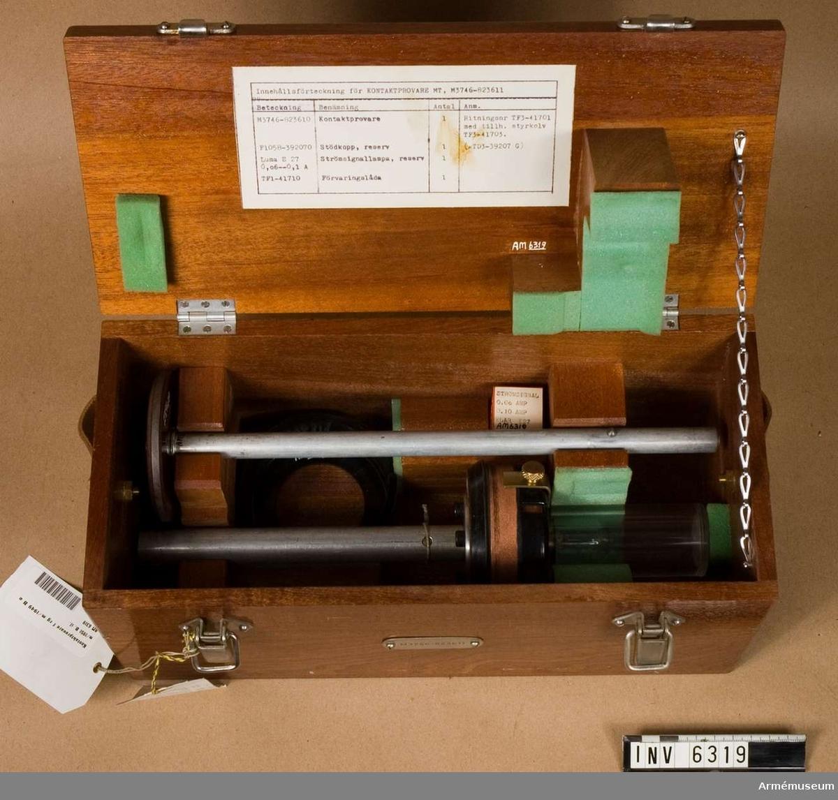 Märkt: SKF Sweden KMO M3746-823610. Bestående av: 1 st kontaktprovare, 1 st stödkopp, 1 st strömsignallampa, 1 st förvaringslåda av trä: L 340 mm, H 165 mm, B 155 mm, vikt 2400 g, märkt: M 3746 - 823611.
