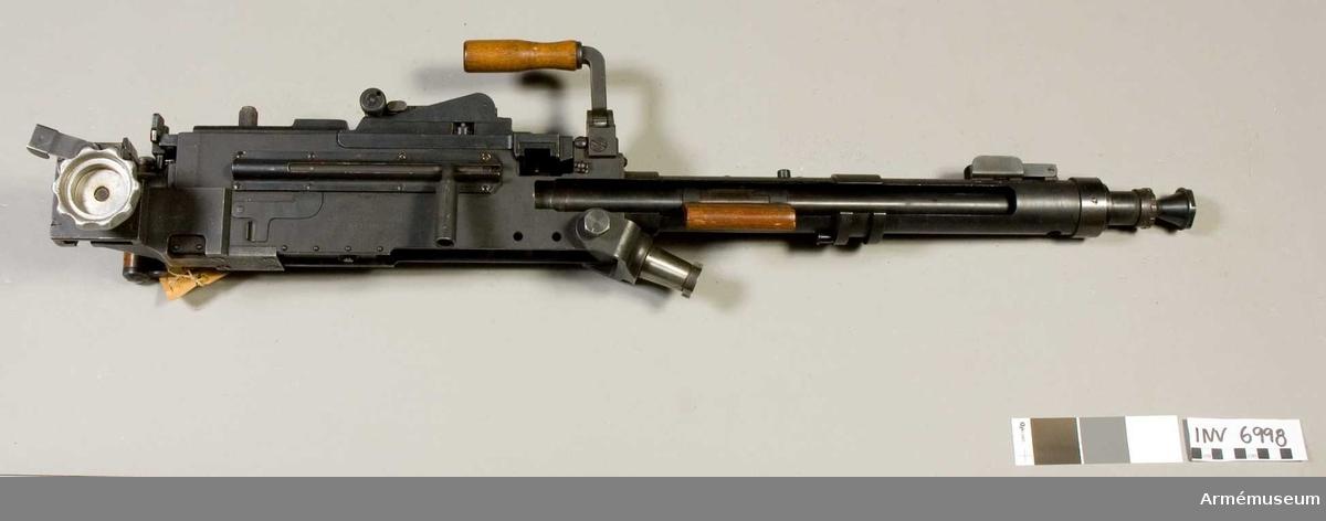 Kulspruta fm/1942 med Hellströms pipombyteskonstruktion. Konstruktör Hellström. Kaliber 6.5 mm (6,46 mm). Tillverkningsnr 1210. Märkt SS. Pipan märkt kal.6,46 2,0 KG 13224 VAP. NR 1210, 0 med en krona. Lavett saknas.