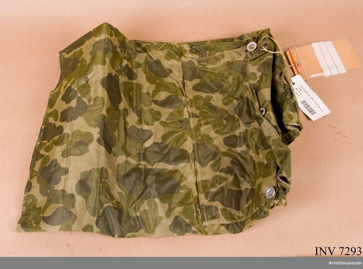 FMV. Kvadratiskt skydd med igenknäppbart sprund. Utfört av gummerad  (på baksidan) nylonväv, camouflagemönstrad i flera gröna toner. Mått 900 x 900 mm. Färg camouflage P. Gott skick 211.