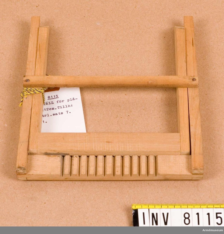 """Tillverkat av trä. Märkt """"2"""".  Ingår i fotomaterielsats 7 låda 1."""