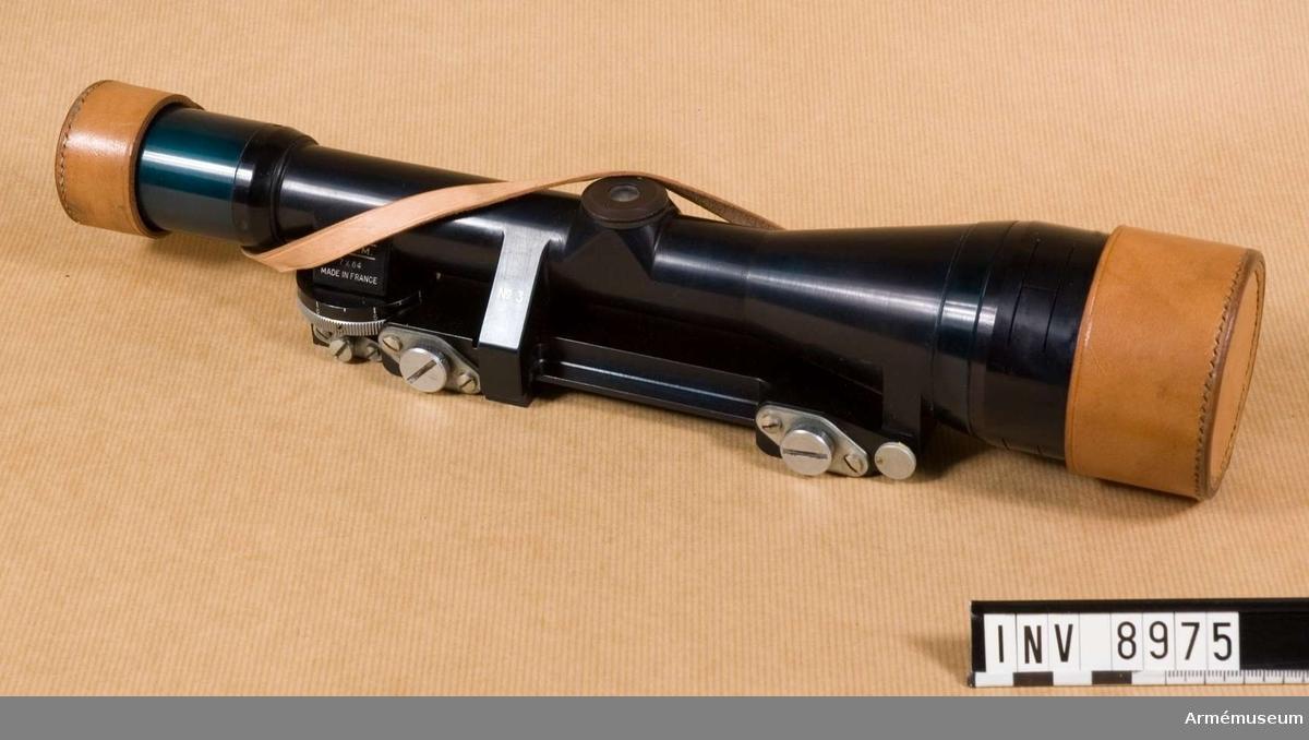 Med hållare. Märkt S.F.O.M. 7x64 Made in France. Bestående av: 1 st kikarsikte med hållare, 1 st linsskydd av läder.   Tillverkningsnr 3  Samhörande nr är AM.8975 - 8976