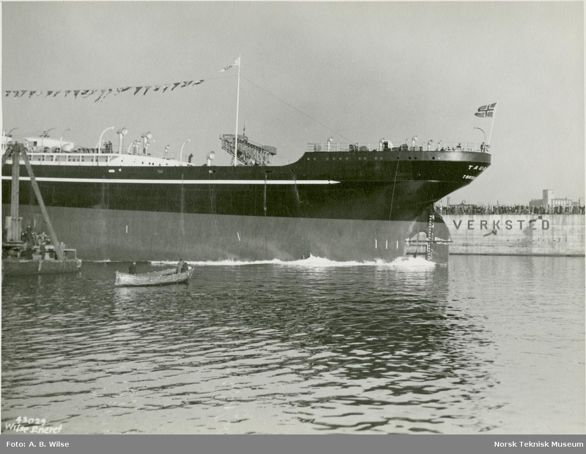 Stabelavløpning, passasjer- og lastebåten M/S Taurus, B/N 466, på Akers Mek. Verksted 23. oktober 1935. Skipet ble levert av Akers Mek. Verksted i 1935 til W. Wilhelmsen, Oslo og Ørsnes (Tønsberg).