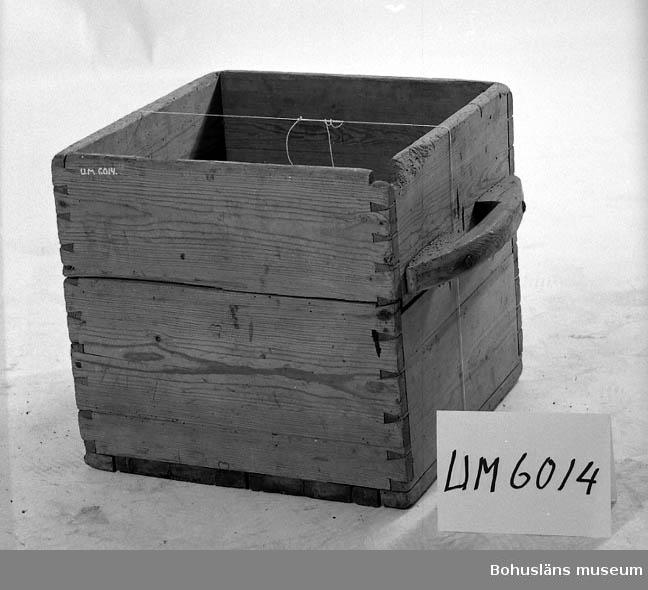"""Ur handskrivna katalogen 1957-1958: Rymdmått av trä Lådans mått: 46,5 x 46,5 x 44,5. """" (krona)?, EK, 1819"""" Zinkade hörn. Två handtag. Hel.  Lappkatalog:"""