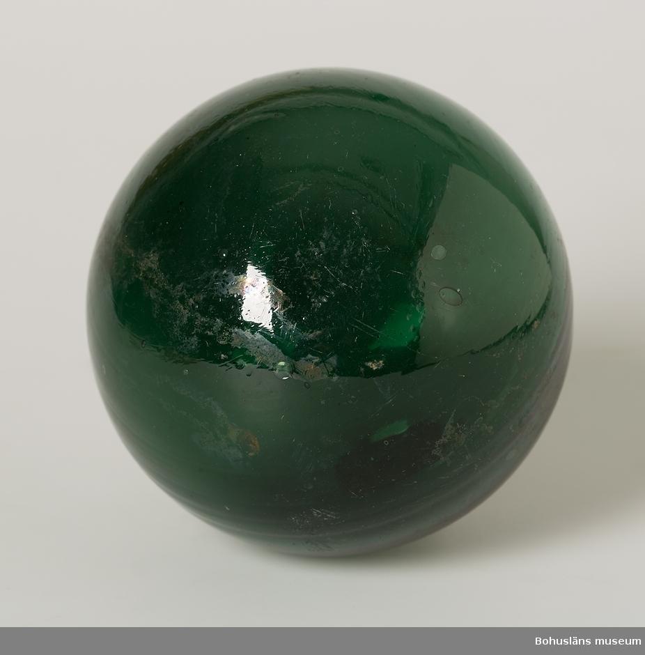 Blå-grön glaskula. Puntelmärke.