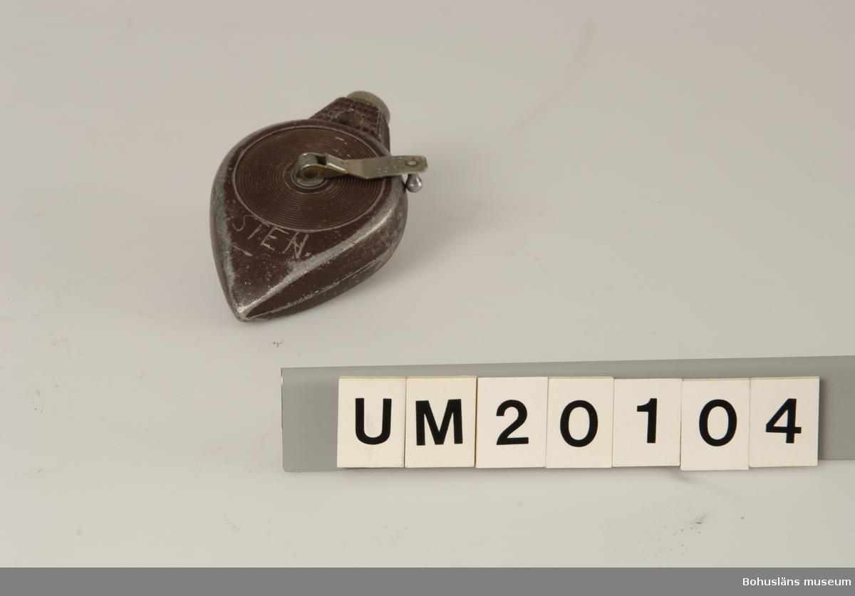 """Föremålet visas i basutställningen Uddevalla genom tiderna, Bohusläns museum, Uddevalla.  410 Mått/Vikt ! TJ 3 CM 594 Landskap BOHUSLÄN  Kritlina på rulle, kan även användas på lod. Lodet märkt med: """"CHALK-o-Matic. STANLEY. Made in USA"""". """"Sten Söderquist, Skogsstigen 3, UA"""", troligen användare.  Snörets längd c:a 1900 cm. Brun färg."""