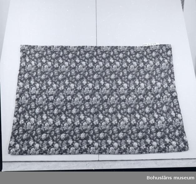 Funktion: sängkläder. Tryckt blommönster på ena sidan, svagt gulrött på andra.