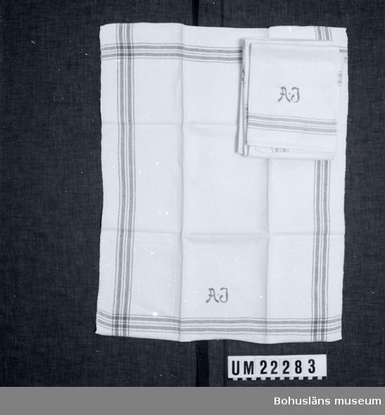594 Landskap BOHUSLÄN  Handdukarna är vävda i vitt linne med rött invävt mönster runtom. Broderat med monogrammet A.J.i rött garn.  UMFF 96:11
