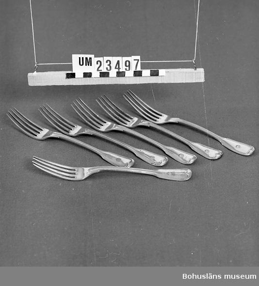 """471 Tillverkningstid 1890-1930? 106 OCM *326-413 594 Landskap BOHUSLÄN  Gammalfransk modell. Märkt """"EP"""" i oval på skaftet. På baksidan nysilverstämpel. Slitna.  Ur uppsättning bordsilver för uthyrning.  Neg nr. UM141:4."""