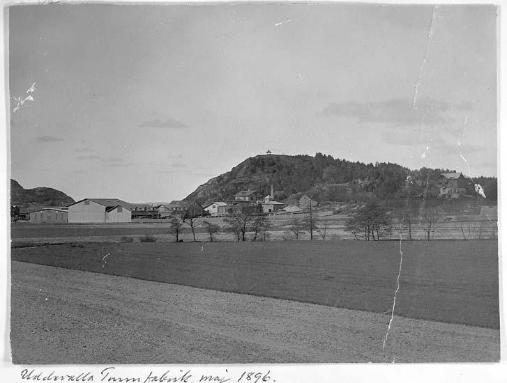"""Text på kortet: """"Uddevalla Tunnfabrik maj 1896""""."""