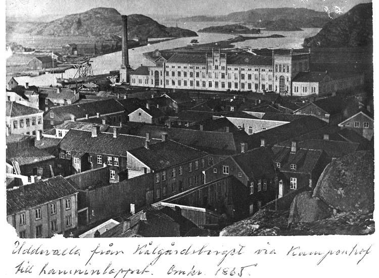 """Text på kortet: """"Uddevalla från Kålgårdsberget via Kampenhof till hamninloppet, omkr. 1865""""."""