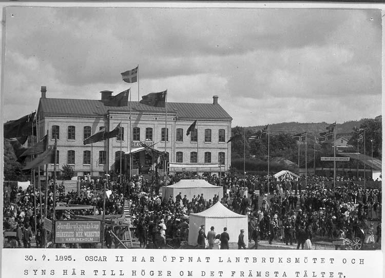 """Text på kortet: """"30. 7. 1895. Oscar II har öppnat lantbruksmötet och syns här till höger om det främsta tältet""""."""