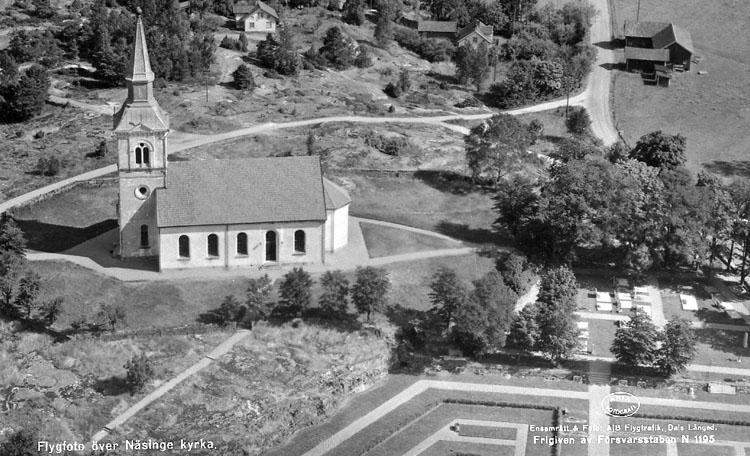 """Enligt AB Flygtrafik Bengtsfors: """"Näsinge Bohuslän"""". Enligt text på fotot: """"Flygfoto över Näsinge kyrka""""."""