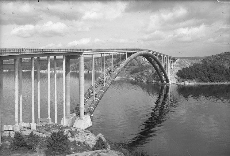 """Enligt AB Flygtrafik Bengtsfors: """"Tjörnbroarna stora bron fr väster Bohuslän""""."""