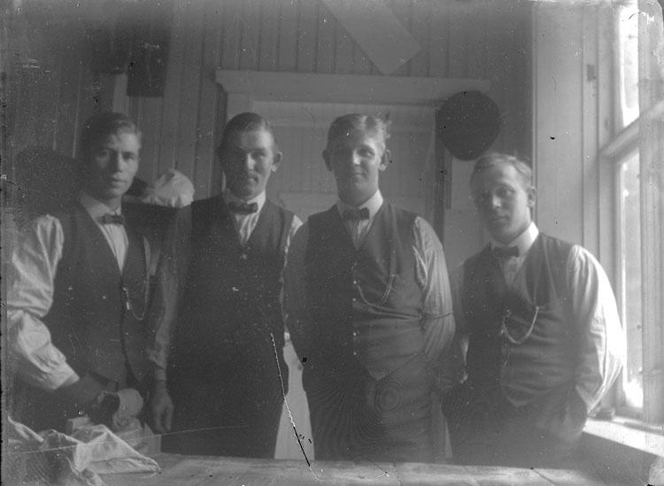 """Enl. text i blå bok: """"Interiör, fyra män. Konfektionsfabrik."""""""
