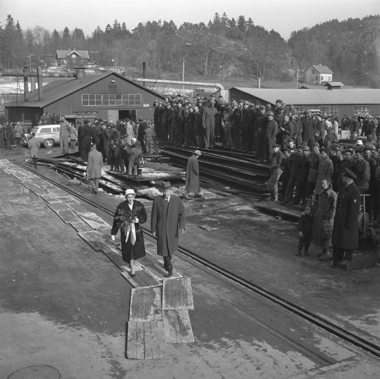 Dop och sjösättning av fartyg 142 M/T Captain T. Basse. Varvets dåvarande VD Helge Hagelin följer fartygets gudmor fram till fartyget.