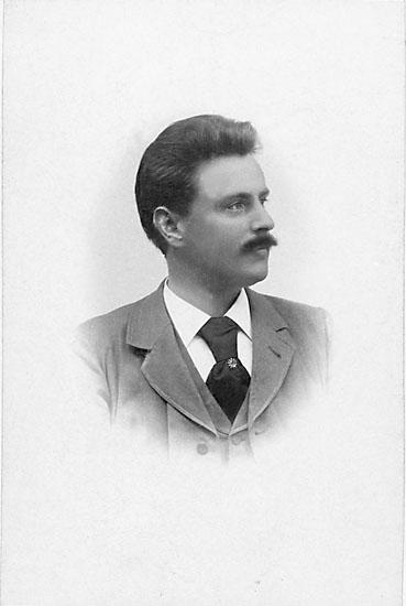 """Enligt noteringar: """"August Gustafson, Karlshamn, 1899."""" Stämpel på framsidan: """"Alexander Jern, Karlshamn."""""""