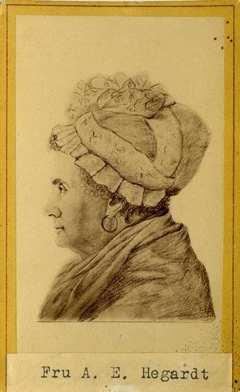 """Text på kortets baksida: """"Fru Anna Elisabeth Hegardt, f. Bratt. Född 1753 död 1825. Gift 1774 m. Handl. o Skeppsred. i U-a Josias Hegardt, f. 1739 d. 1806 han var gift m. sin brorsvägerska och hans syster Catharina H. var gift Barnhusstiftaren Anders Knape Hansson. Fru A.E. H-ots bror var Rådman Henrik Bernhard Bratt""""."""