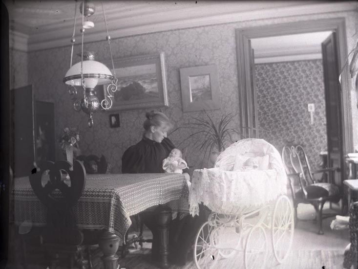 Amalia med sina barn. Falun den 26 juli 1894. ::