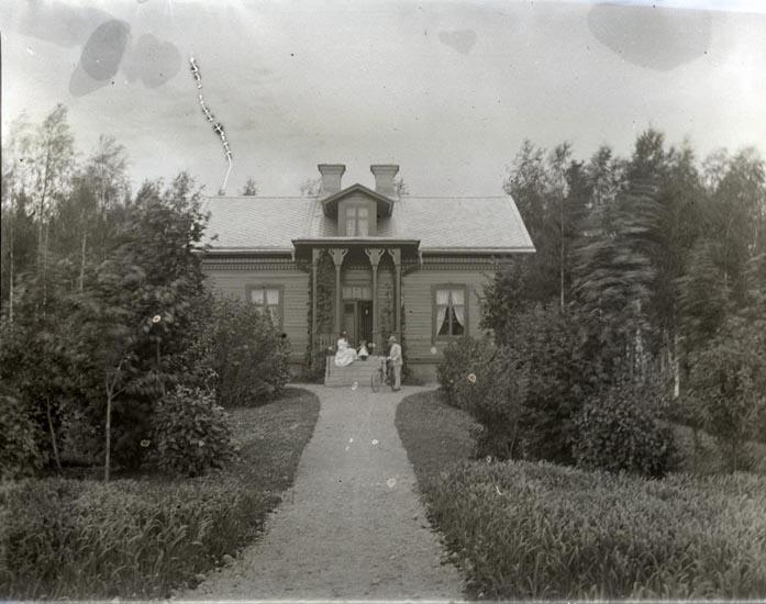 """""""2 af stugan, Juli 1894"""". ::"""