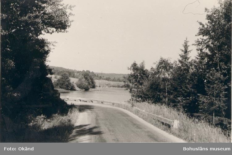 """Noterat på kortet: """"Lane Härad Den lilla sjön (Rotviksvattnet) omedelbart sydväst om en större på vägen Rotviksbro - Skredsvik strax efter Rotviksbro.""""."""