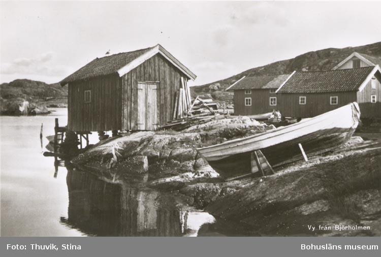 """Tryckt text på kortet: """"Thuviks Förlag, Skärholm"""". Noterat på kortet: """"BJÖRHOLMEN KLÖVEDAL SN. TJÖRN"""". """"20 Juli 1955""""."""