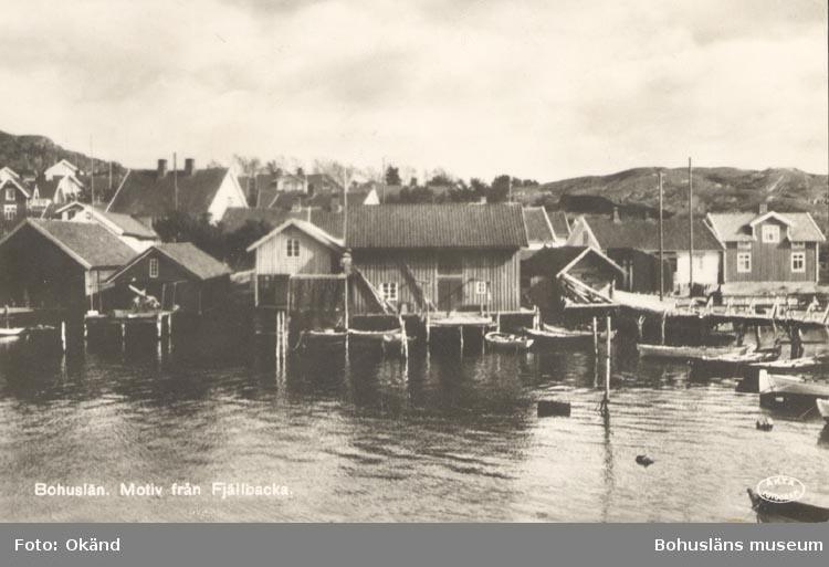 """Tryckt text på kortet: """"Bohuslän. Motiv från Fjällbacka"""". """"J.F. Hallmans Bokhandel Uddevalla""""."""