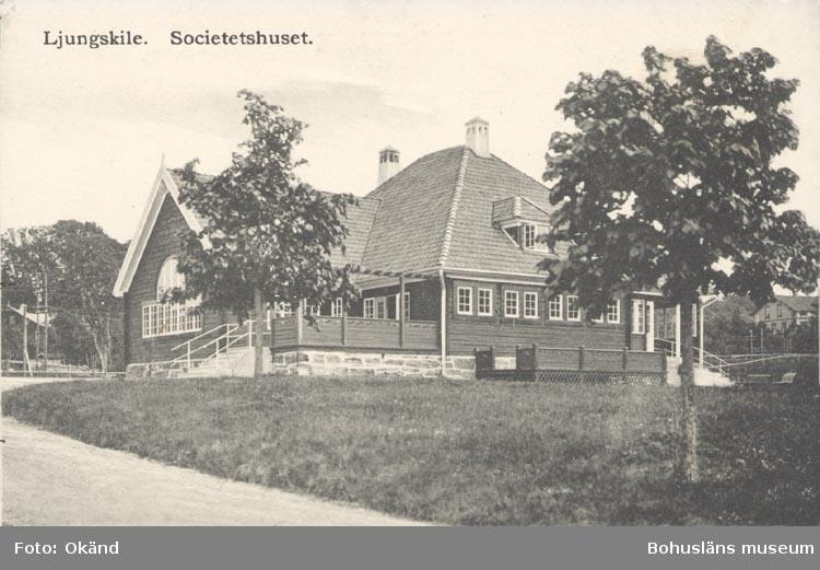 """Tryckt text på kortet: """"Ljungskile. Societetshuset"""". Ljungskile Bok & Pappershandel""""."""