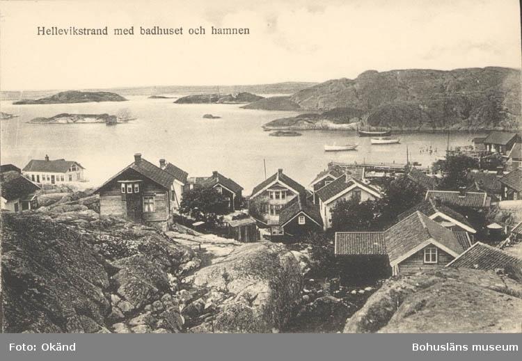 """Tryckt text på kortet: """"Hellevikstrand med badhuset och hamnen."""" """"Svenska Litografiska AB Stockholm."""""""