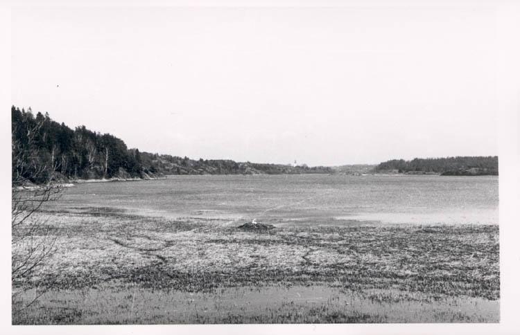 """Noterat på kortet: """"Grindsbyvattnet. Orust."""" """"Utsikt över G-vattnet fr. vägen Groröd-Vräland mot Myckleby kyrka."""""""