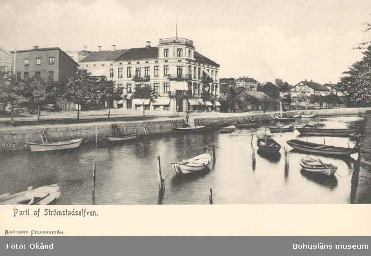 """Tryckt text på kortet: """"Parti af Strömstadselfven.""""  """"Krügers Cigarraffär."""""""