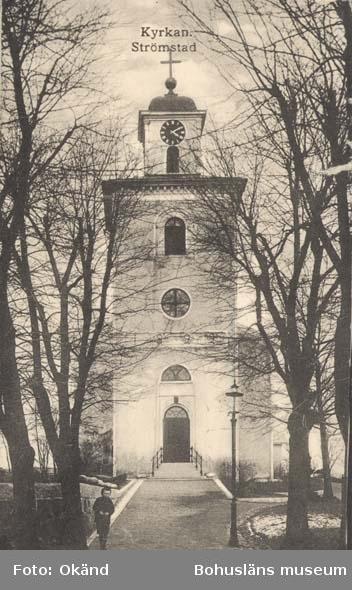 """Tryckt text på kortet: """"Strömstad. Kyrkan.""""  """"Frida Dahlgren, Garn- & Kortvaruaffär, Strömstad."""""""
