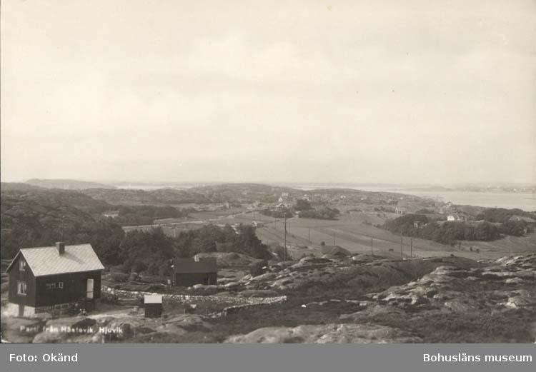 """Tryckt text på kortet: """"Parti från Hästevik, Hjuvik."""" """"Förlag: Leopold Olsson, Hjuvik."""""""