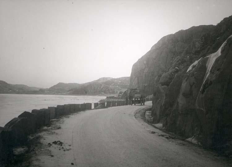 """Noterat på kortet: """"Bovallstrand."""" """"Vägen Dingle- B. vid det inre av Bottnafjorden."""" """"Foto (C15) Dan Samuelsson 1924. Köpt av dens. dec. 1958."""""""