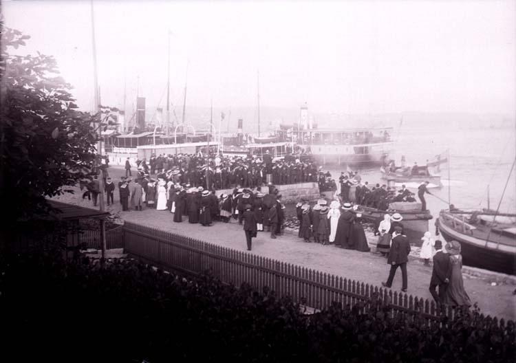 """Enligt text som medföljde bilden """"Vid båthamnen aug. 11""""."""