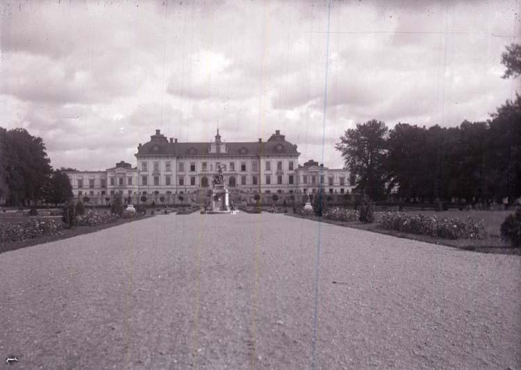 "Enligt text som medföljde bilden: ""Drottningholm, slottet. Sept. 1916""."