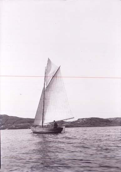 """Enligt text som medföljde bilden: """"Hj. Carlssons båt Som. 10. Lysekil."""" ::"""