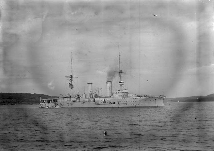 """Enligt text som medföljde bilden: """"Gustafsberg. Tyske kryssaren Prinz Heinrich Juli 05."""""""