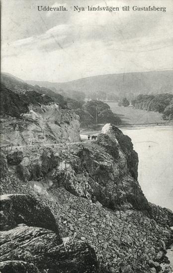 """Tryckt text på vykortets framsida: """"Uddevalla, Nya landsvägen tilll Gustafsberg."""""""