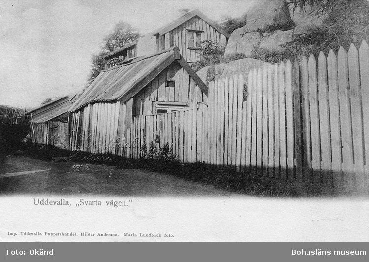 """Tryckt text på vykortets framsida: """"Uddevalla. Svarta Vägen."""" ::"""
