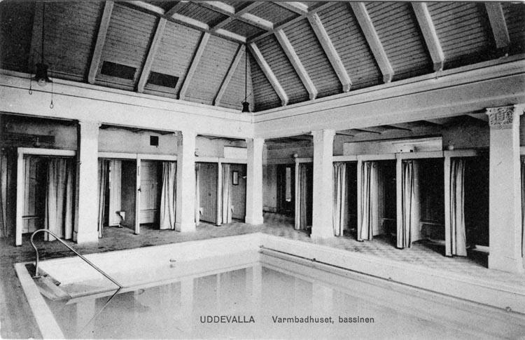 """Tryckt text på vykortets framsida: """"Uddevalla, Varmbadhuset bassinen.""""  ::"""