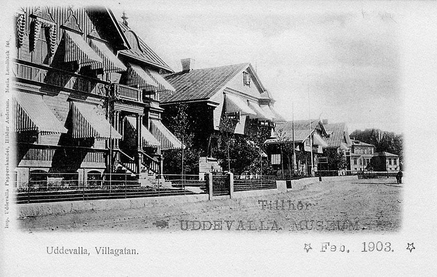 """Tryckt text på vykortets framsida: """"Uddevalla. Villagatan"""".    ::"""