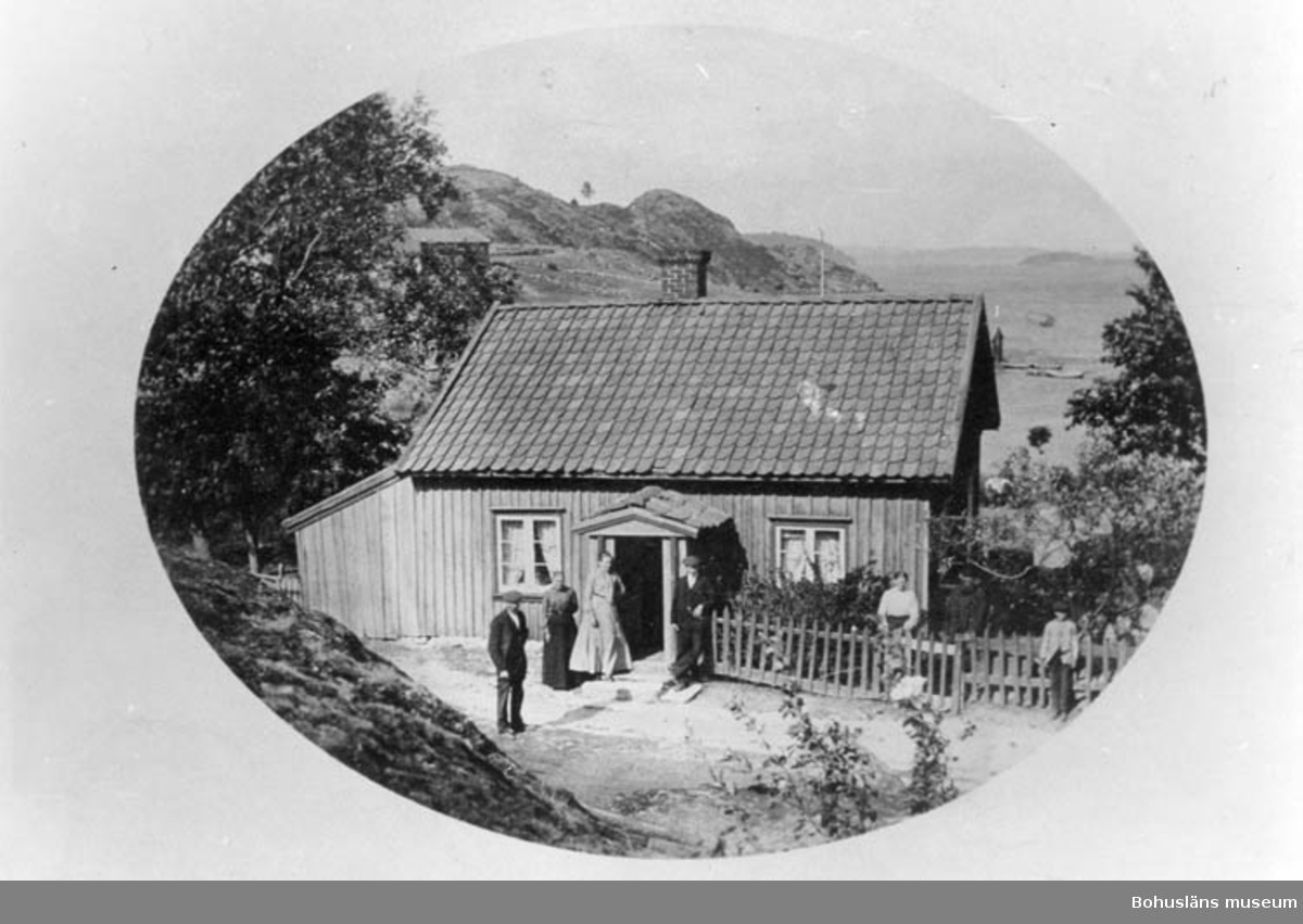 """Enligt text på fotots baksida: """"Slussen. Gamle Runn. Här ligger nu Rönns barnkoloni. En av herrarna är Samuel Reuterberg""""."""
