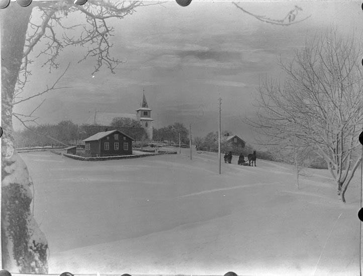 """Enligt fotografens noteringar: """"Foss kyrka i vinterskrud omkring år 1920. Personerna Oskar Johansson i Stene Aug. Hansson i Berg."""""""